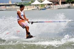 Ski d'eau dans l'action : Tours de Shortboard de femme Image stock