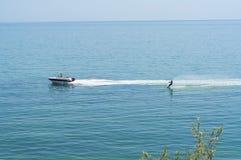 Ski d'eau en Mer Noire près de Koktebel, Crimée, Ukraine Images stock