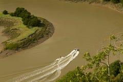 Ski d'eau sur le montage en étoile de rivière, le saut de Wintour. Photo libre de droits