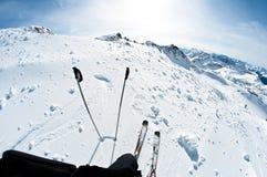 Ski dans la neige de poudre Image stock