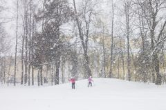 Ski dans le jour de chutes de neige lourdes sur la petite colline image libre de droits