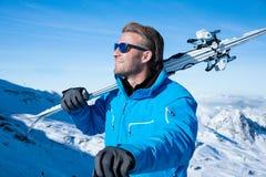 Ski dans les montagnes neigeuses d'hiver Image libre de droits