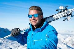 Ski dans les montagnes neigeuses d'hiver Photos stock
