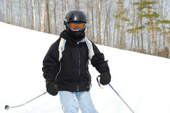 Ski de fille incliné photographie stock