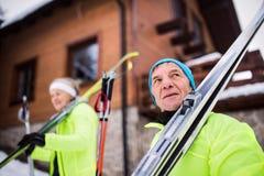 Ski de fond allant de couples supérieurs Photographie stock