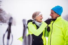 Ski de fond de couples supérieurs Photo stock