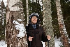 Ski de fond de jeune homme dans la forêt image stock