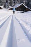 Ski de fond sur une traînée dans le paysage neigeux Image libre de droits