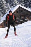Ski de fond sur une traînée dans le paysage neigeux Images libres de droits