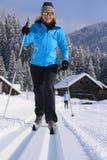 Ski de fond sur une traînée dans le paysage neigeux Photo stock