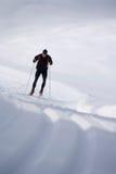 Ski de fond sur une traînée dans le paysage neigeux Photographie stock libre de droits