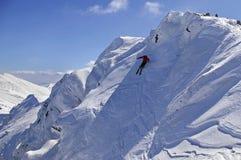 Ski de Freeride avec le ciel bleu Photographie stock