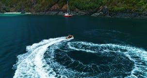 Ski de jet entourant près de la position de yacht dans la lagune banque de vidéos