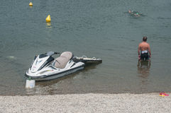 Ski de maître nageur et de jet observant dans le lac Reiningue Images libres de droits