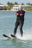 Ski de Madame assez plus âgée l'eau par Nice la Chambre. Images libres de droits