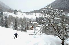 Ski de neige en bas d'une montagne Photos libres de droits