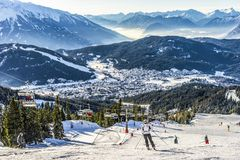 Ski de skieur sur Ski Resort en hiver Photographie stock