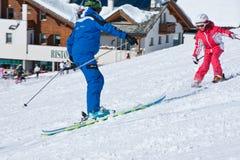Ski, der Lektion mit Kind studiert Lizenzfreie Stockfotografie