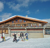 Ski in der Oberseite von Alpen stockfotos