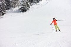 Ski des jungen Mädchens im Wald stockfoto