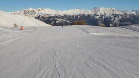 Ski en bas d'une pente banque de vidéos