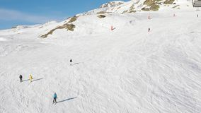 Ski en bas des pentes banque de vidéos