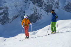 Ski en descendant - coupure et parler Photo stock