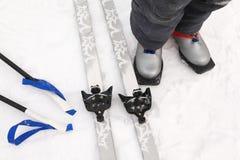 Ski en laarzen in het hele land van jongen Stock Afbeeldingen