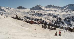 Ski?end en snowboarding op de berg van Les-boog-La Plagne, Frankrijk Royalty-vrije Stock Foto's