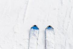 Ski Equipment Top beskådar Vit bakgrund snow timmar liggandesäsongvinter Fotografering för Bildbyråer
