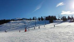 Ski et snowboarding de Ski Slope With Many People clips vidéos