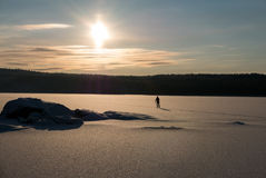 Ski fahren über dem See Stockfoto