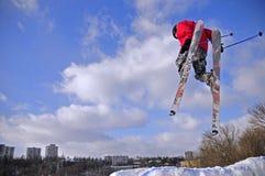 Ski fahren über dem sity Stockfoto