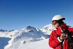 Ski fahren auf frischem Schnee an der Winterjahreszeit am sonnigen Tag Lizenzfreies Stockbild