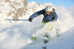 Ski fahren auf frischem Schnee an der Winterjahreszeit am sonnigen Tag Lizenzfreies Stockfoto