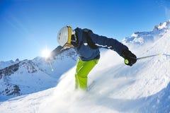 Ski fahren auf frischem Schnee an der Winterjahreszeit am sonnigen Tag Stockbild