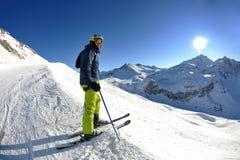 Ski fahren auf frischem Schnee an der Winterjahreszeit am sonnigen Tag Stockfotos