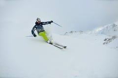 Ski fahren auf frischem Schnee am sonnigen Tag der Winterjahreszeit Lizenzfreies Stockbild