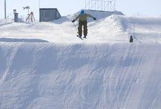 Ski fahren auf großer Slalomspur Stockfotografie
