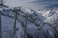 Ski fahren in den Bergen Stockbild