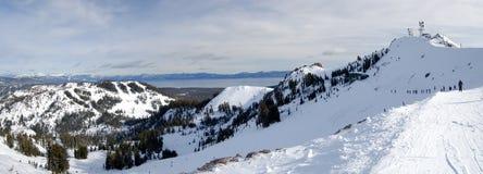 Ski fahren an der Oberseite von Lake Tahoe Lizenzfreie Stockbilder