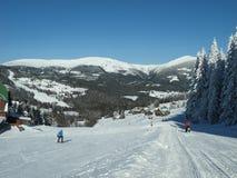 Ski fahren in einem Gebirgsfremdenverkehrsort in den riesigen Bergen lizenzfreie stockfotografie