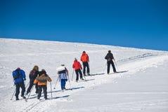 Ski fahren herauf den Hügel 2 Stockfotos