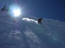 Ski fahren hinunter den Hügel Lizenzfreies Stockbild
