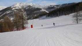Ski fahren hinunter eine Steigung stock footage