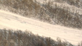Ski fahren hinunter schneebedeckten Berg stock video