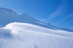 Ski fahren im vollkommenen Puderschnee Lizenzfreies Stockfoto