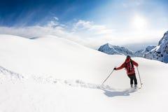 Ski fahren: männlicher Skifahrer im Pulverschnee Lizenzfreie Stockfotografie