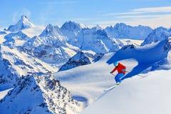 Ski fahren mit erstaunlicher Ansicht von Schweizer berühmten Bergen stockfotografie