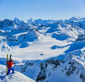 Ski fahren mit erstaunlicher Ansicht von Schweizer berühmten Bergen in schönem Winterschnee Mt-Fort Das Matterhorn und das Einbuc stockfotografie